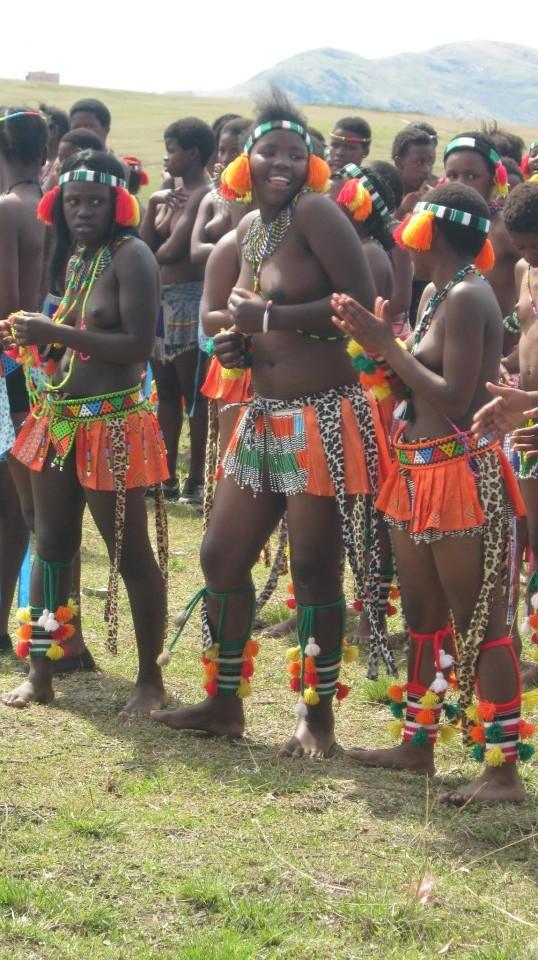Iintombi of KwaBhaca Kingdom at Umkhosi wokukhahlela 2012 – amamboza