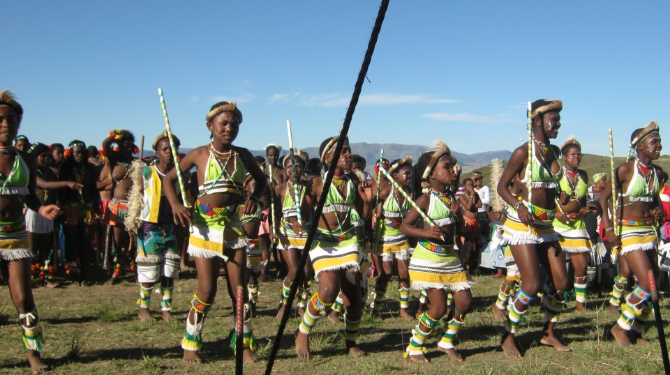 Iintombi of KwaBhaca Kingdom at Umkhosi wokukhahlela 2012 – girls dancing