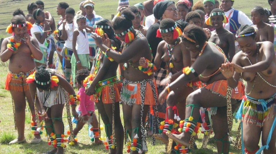 Iintombi of KwaBhaca Kingdom at Umkhosi wokukhahlela 2012 – ingoma