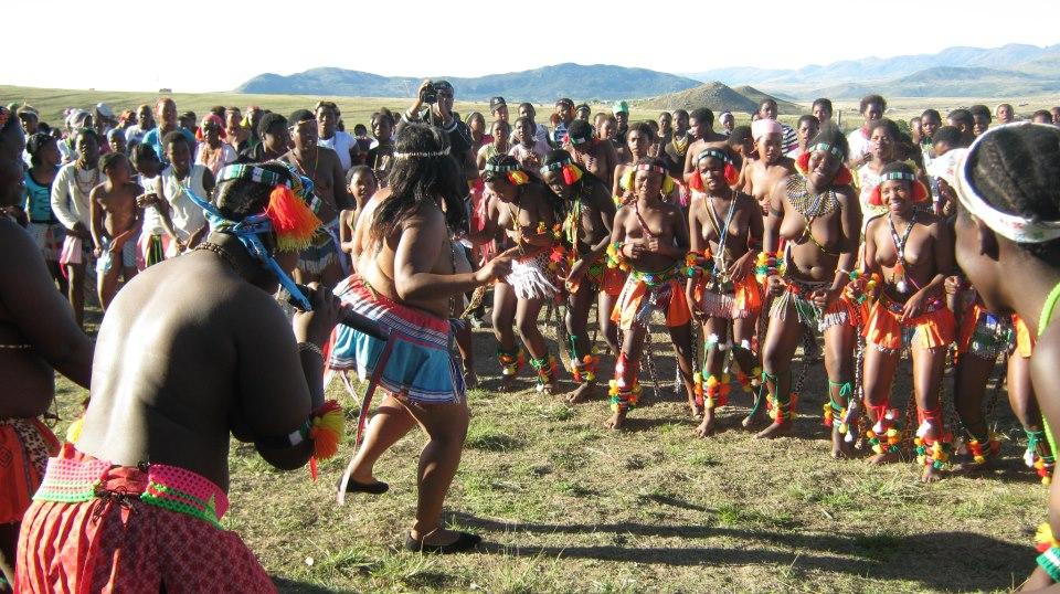 Iintombi of KwaBhaca Kingdom at Umkhosi wokukhahlela 2012 – kwakuhle