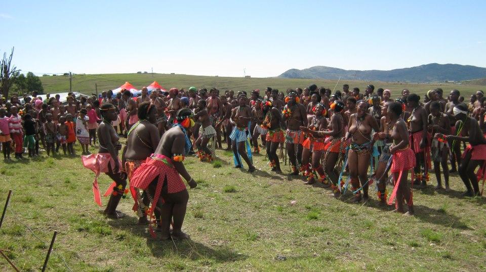 Iintombi of KwaBhaca Kingdom at Umkhosi wokukhahlela 2012 – sina